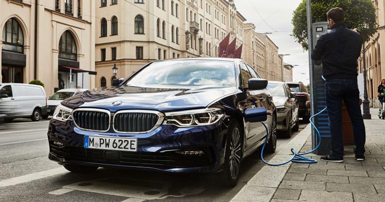 BMW 530e ស៊ីសាំងតិចបំផុតត្រឹម ១,៥លីត្រ/១០០គ.ម៉ ហើយសាកភ្លើងបានទៀត!